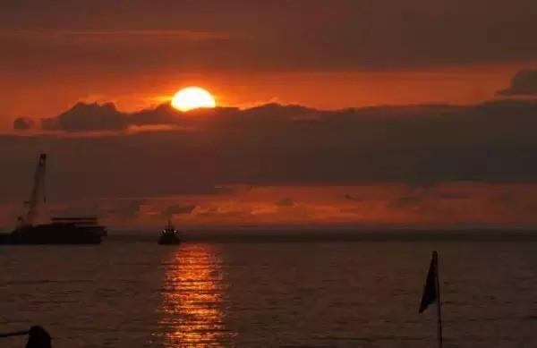 17. Đến cảng Jilong ngắm hoàng hôn. Cảng Jilong nằm bên cạnh ga tàu, du khách có thể vừa uống cà phê vừa ngắm cảnh hoàng hôn vô cùng lãng mạn. Sau khi mặt trời lặn, bạn có thể rảo bước tới chợ đêm Jilong Miaokou hay ra bờ biển để hòa mình với gió biển mặn mòi.