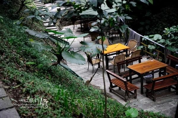 <strong>2. Uống trà và ngắm hoàng hôn ở Maokong.</strong> Là vùng trồng chè lớn nhất Đài Loan, Maokong nằm ở quận Wenshan, Đài Bắc. Trong các con ngõ ở Maokong là rất nhiều quán trà nhỏ. Bạn có thể tới đây vào lúc chiều tà, nhâm nhi một tách trà và ngắm nhìn hoàng hôn.
