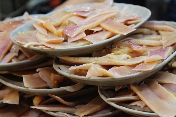 3. Ăn mực Dawang ở chợ đêm Raohe. Đây là món ngon nổi tiếng tại chợ đêm Raohe thuộc Đài Bắc. Dù nằm ở một nơi không dễ tìm trong chợ nhưng lúc nào cửa hàng này cũng đông khách. Khách hàng thường lui tới đây bởi vị tương chấm đặc biệt của ông chủ.