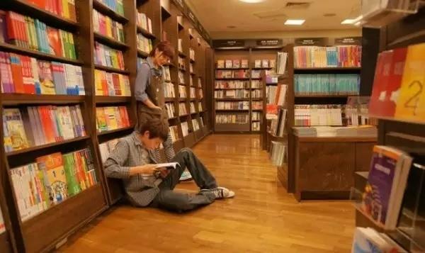 4. Đến cửa hàng cà phê sách Eslite để hít hà hương vị của sách khi đêm về. Đây là cửa hàng sách 24/24, thu hút rất nhiều các bạn trẻ tới giao lưu và thưởng thức không gian sách rất đặc biệt.