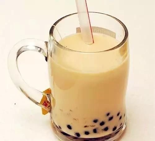 9. Uống trà sữa trân châu chính tông Đài Loan. Từ những năm 80 của thế kỷ 20, trà sữa trân châu đã nổi tiếng ở Đài Loan và du khách có thể nhìn thấy thức uống này ở khắp nơi của hòn đảo này, thậm chí là đã xuất hiện ở một số quốc gia trên thế giới, trong đó có Việt Nam. Nhưng để được thưởng thức hương vị ngon nhất, chính tông nhất của trà sữa trân châu, du khách hãy tìm đến cửa hàng trà Thiên Nhân. Nơi đây trà được làm thủ công, hương vị vừa tươi vừa ngon.