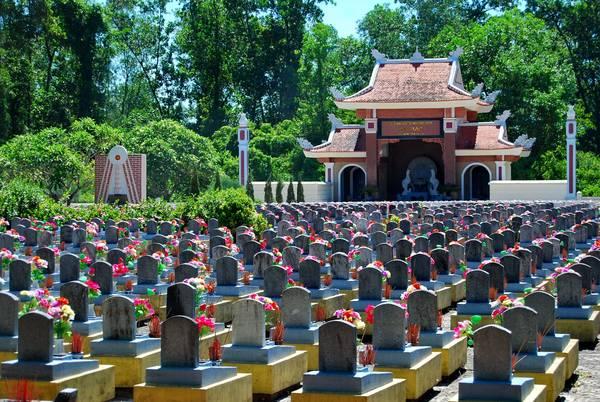Du lịch Quảng Trị 27/7 về thăm nghĩa trang liệt sỹ Trường Sơn