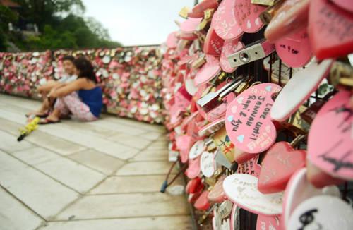 Cầu khóa tình yêu trên đồi Penang. Ảnh: Nguyên Chi