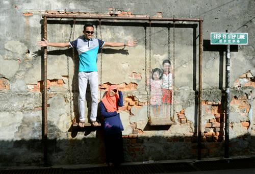 Những bức tranh tường ở Street Art luôn được các bạn trẻ yêu mến. Ảnh: Nguyên Chi