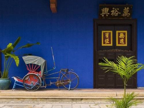 Ngồi trên xe ba bánh đi ngắm phố phường Penang. Ảnh: Skyscanner.