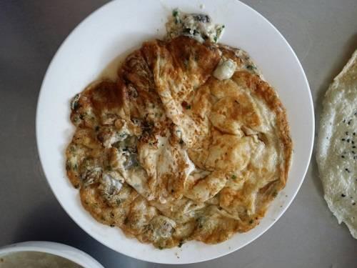 Món hàu chiên trứng thường ăn kèm cơm nóng.
