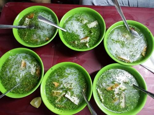 Nét làm nên điều khác biệt trong bát bánh canh của người Phú Yên có lẽ là ở màu xanh mướt cùng vị thơm nồng của hẹ.