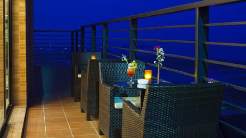<strong>Royal Lotus Rooftop Bar, Hạ Long: </strong> Quán bar này nằm trên tầng 16 của một khách sạn ở Hạ Long. So với các quán bar khác, nơi đây mang đến cho du khách bầu không khí riêng tư và lãng mạn hơn cả. Với những ly cocktail hương vị nhẹ nhàng, bạn có thể thư giãn ngắm toàn cảnh vịnh Hạ Long cùng những vệt sáng dài phản chiếu từ thuyền xuống mặt biển. Bar mở cửa từ sáng đến 23h.