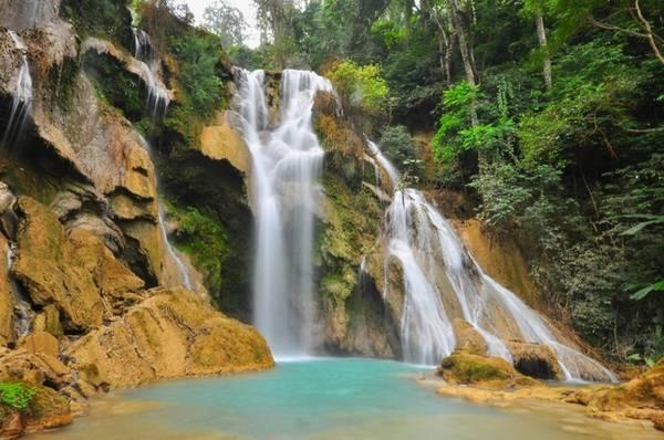 <strong>Thác Kuang Si: </strong> Đến cố đô Luang Prabang mà không tham quan thác Kuang Si là một điều thiếu sót. Thác lớn, chảy xuống tạo thành nhiều dòng nước và hồ. Du khách có thể thỏa sức tắm trong làn nước màu xanh ngọc. Thác Kuang Si chảy quanh năm, nhưng tháng 3 - 5, nước ít hơn.