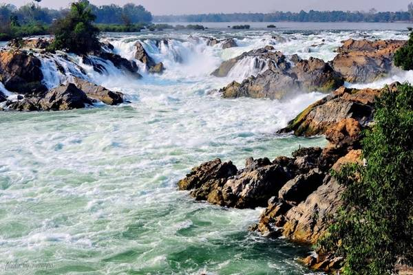<strong>Thác Khone Phanpheng: </strong> Di chuyển về phía  Nam đảo Don Khong, bên phải sông Mekong, du khách sẽ được chiêm ngưỡng cảnh sắc của thác Khone Phapheng. Vào mùa mưa, sông dâng nước khiến thác mở rộng tới hơn 10 km. Du khách nên thăm thú vào mùa khô vì có thể chiêm ngưỡng vẻ đẹp khi nước rút dần.