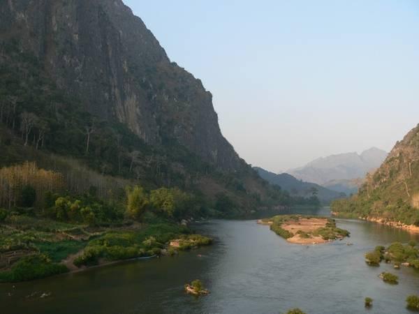 <strong>Hẻm núi Nam Ou: </strong>Được mệnh danh là Grand Canyon của Lào, Nam Ou mang đến cho du khách một chuyến du ngoạn trên sông khác biệt qua 448 km từ tỉnh Phongsaly đến Luang Prabang. Hai bên sông là cảnh các vách núi sừng sững xen với làng mạc trù phú. Sông Nam Ou còn là nơi cư ngụ của hơn 84 loài cá, 29 loài trong số đó chỉ có thể tìm thấy ở đây. Ngoài ra, du khách còn có cơ hội đến động Pak Ou, nơi nổi tiếng với các bức tượng Phật.
