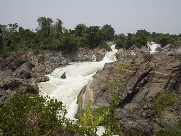 <strong>Thác Tat Somphamit: </strong>Thác có tên gọi khác là Li Phi. Mọi người tin rằng đây là nơi bẫy linh hồn của những người và động vật xấu xa. Bên cạnh ý nghĩa tâm linh, 1,5 km sông này còn có phong cảnh đẹp và ấn tượng. Thác nằm cách cây cầu nối hai hòn đảo Don Det và Don Khon khoảng 800 m. Thời điểm nước thác chảy đẹp nhất là ngay sau mùa mưa.