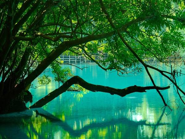<strong>Hồ Khoun Kong Leng: </strong> Hồ nằm cách thị xã Thakhaek, tỉnh Khammuane 30 km về phía Bắc, có màu nước xanh và trong như pha lê. Nước hồ xuất phát từ dòng sông ngầm đã được lọc qua những lớp đá vôi nằm ở xung quanh các ngọn núi. Khu vực gần cầu cạn du khách được phép tắm, bơi lội. Ngoài ra, bạn có thể dạo bộ thư giãn trên con đường mòn dẫn quanh rừng.