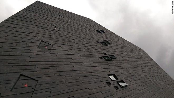 """Bảo tàng không hề có cửa sổ. Kiến trúc sư Mok Wei Wei cho rằng đây là điều cần thiết trong việc bảo vệ những mẫu vật bên trong bảo tàng. Ông đã thiết kế bảo tàng lấy cảm hứng từ một khối đá nguyên khối, không có cửa sổ, và gọi thiết kế của mình là """"sự tượng trưng của một tảng đá tự nhiên""""."""