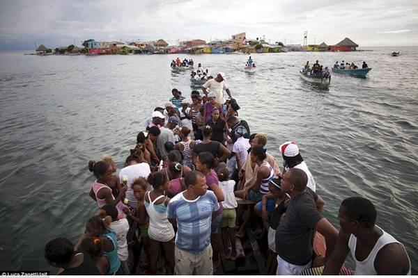 Do hòn đảo thiếu các tiện nghi cơ bản, phần lớn người địa phương sang các đảo Caribbe gần đó làm việc.