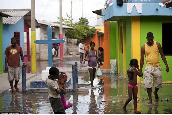 Ngày nay dân số của Santa Cruz del Islote đã tăng mạnh, đạt 1.200 người, gồm các gia đình và trẻ em.