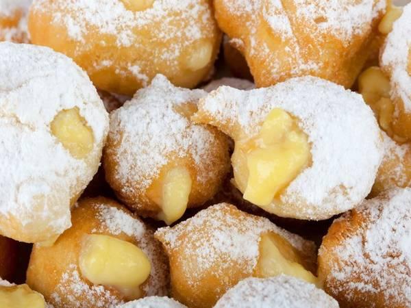Nếu bạn từng ghé một tiệm bánh ở Italy, chắc hẳn bạn đã nếm thử món bánh Zeppole. Món này được cho là có nguồn gốc từ Naples, là viên bột tròn chiên lên, bên trong là nhân thạch, trứng, kem hoặc chocolate, đựng trong túi giấy.