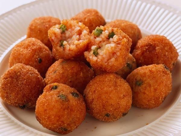 Arancini theo tiếng Italy nghĩa là trái cam nhỏ. Những viên cơm vỏ giòn tan, nhân béo ngậy với phô mai, đậu, gà hoặc bò xay. Món ăn này có nguồn gốc từ vùng Sicily vào thế kỷ 10. Thực khách chỉ cần mua 2 hoặc 3 viên, ăn kèm nước xốt tangyarrabiata là đã đủ bữa.
