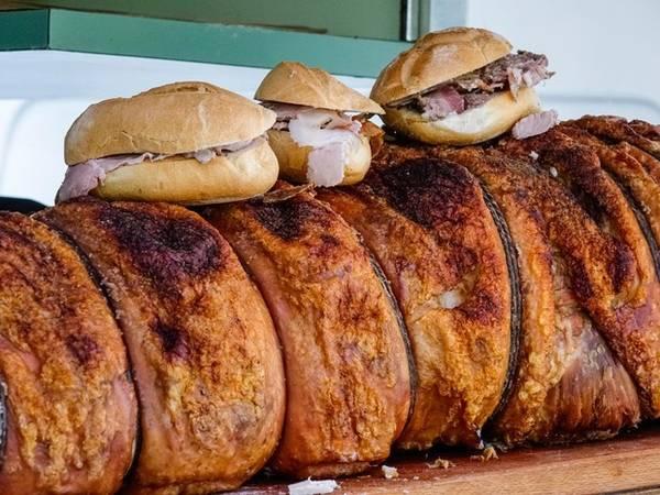 Panino con porchetta thường được bán trong những chiếc xe sơn màu trắng ở Umbria, Tuscany, Lazio, và Abruzzo. Thịt lợn porchetta được rút xương rồi ướp muối và các loại gia vị, sau đó cuộn lại và nấu nhỏ lửa. Thịt được thái thành những miếng thơm lừng, mềm mượt, có thể kẹp trong những chiếc bánh mì giòn rụm gọi là Panino.