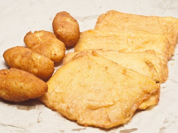 Panelle có lẽ là loại đồ ăn đường phố đơn giản nhất ở Italy được làm từ đậu chickpea (đậu gà/ đậu răng ngựa) tẩm bột chiên được ăn không hoặc kẹp vào giữa hai lát bánh mỳ như món bánh sandwich. Panelle được coi là thức ăn cho người nghèo hoặc cho nông dân do quá đơn giản.