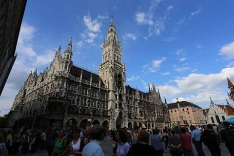 Nhà thờ Frauenkirche tại quảng trường Marienplatz.