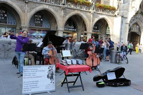 Ban nhạc hòa tấu nhạc Beethoven biểu diễn trước nhà thờ Frauenkirche.
