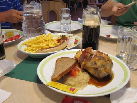 Xúc xích và đùi heo nướng cùng với bia đen là đặc sản ở Rừng Đen.
