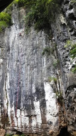 Tuyến đường leo núi được xây dựng tại cửa hang Tối, nơi đang được khai thác tour du lịch thám hiểm hang Tối. Ảnh: TT Du lịch Phong Nha.