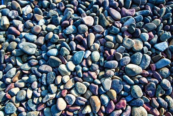 Bãi đá nhiều màu lấp lánh dưới ánh mặt trời.