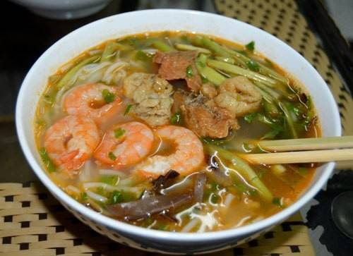 Bún tôm cũng là món ăn đặc trưng, thơm ngon của ẩm thực vùng đất cảng.