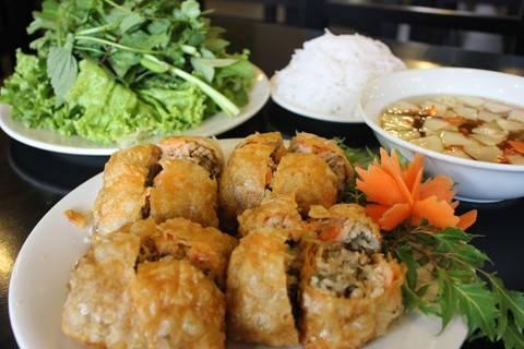 Món nem cua bể vuông vức đẹp mắt ăn cùng bún và rau sống thơm ngon.