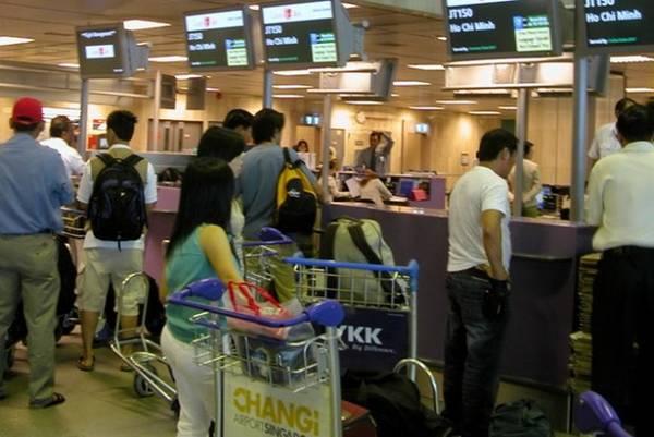Khách du lịch làm thủ tục ở sân bay Changi, Singapore - Ảnh: V.N.A.