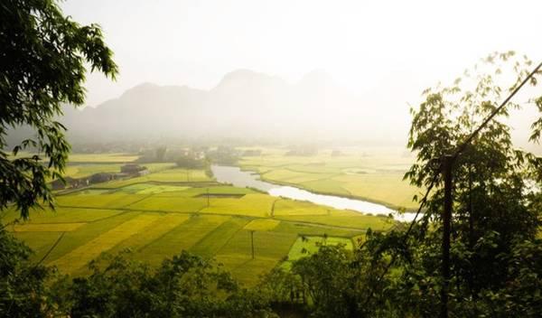 Cách trung tâm Hà Nội chừng 160km theo quốc lộ 1B, không chỉ có khí hậu trong lành đặc trưng miền núi đá, thung lũng Bắc Sơn còn hấp dẫn bởi những ruộng lúa chín vàng mỗi khi mùa về.