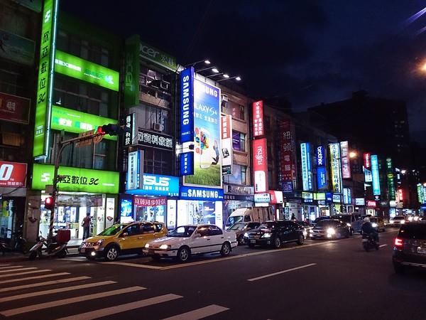 Khu Guanghua. Đây là nơi cung cấp các thiết bị điện tử lớn nhất tại Đài Loan. Ngoài các thiết bị điện tử, du khách còn có thể tìm được những linh kiện đi kèm một cách dễ dàng với giá cả tương đối phù hợp túi tiền. Ảnh: mafengwo