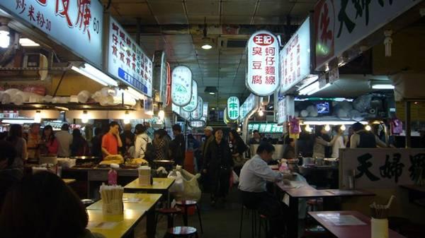 Đi dạo một vòng chợ, ngắm nhìn tất cả các cửa hàng ở đây cũng phải mất khoảng 4-5 tiếng, tuy nhiên vì chợ mở cửa rất trễ đến tận 4-5 giờ sáng nên du khách có thể thỏa sức tham quan và mua sắm. Shilin nằm ở đoạn gần nhà hát Yan Ming, gần đường Wen Lin, Ji He, Da Dong và Da Nan. Ảnh: hangzhou.com.cn