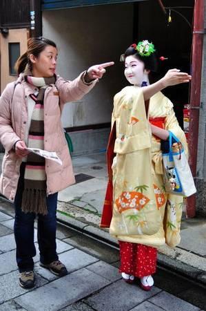 11. Chỉ hướng: Việc chỉ ngón tay ở Nhật thường bị coi là có ý đe dọa, chỉ trích. Người ta thường dùng cả bàn tay khi muốn chỉ hướng, hoặc chỉ mô tả bằng lời mà không dùng cử chỉ.