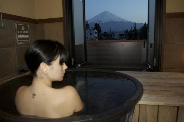 12. Sử dụng bồn tắm: Ở Nhật, tắm là hoạt động thư giãn chứ không chỉ là làm sạch cơ thể. Mọi người thường tắm sạch bằng vòi sen trước khi ngâm mình trong bồn tắm.