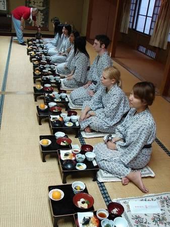 6. Yukata: Trang phục này được coi là đồ ngủ và du khách có thể mặc yukata khi đi lại ở hành lang khách sạn, hoặc trên đường ra suối nước nóng. Tại các nhà nghỉ truyền thống hay khách sạn bình dân, bạn có thể mặc yukata đi ăn sáng hay ăn tối. Tuy nhiên, những khách sạn sang trọng thường yêu cầu du khách không mặc trang phục này khi dùng bữa.