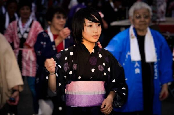 Nhung-dieu-thu-vi-trong-nghe-thuat-ung-xu-cua-nguo7. Cách mặc Yukata: Bạn cần kéo chặt phần cổ áo, đừng 7. Cách mặc Yukata: Bạn cần kéo chặt phần cổ áo, đừng để lỏng vì như thế sẽ bị coi là cẩu thả, luộm thuộm.