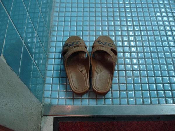 8. Dép đi trong nhà vệ sinh: Các nhà hàng ở Nhật yêu cầu khách cởi bỏ giày trước khi bước lên thảm tatami, trong nhà vệ sinh sẽ có dép riêng để du khách sử dụng. Đừng quên để dép lại khi ra khỏi đó, nếu không bạn sẽ rơi vào một tình huống khó xử và đáng xấu hổ.