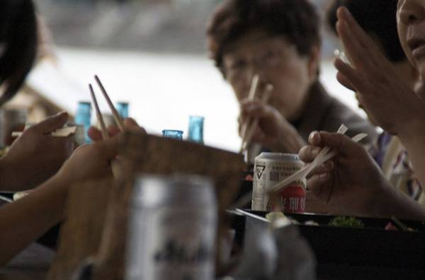 10. Cách sử dụng đũa: Người Nhật thường tránh dùng đũa để chỉ vào thứ gì đó, hay vung đũa xung quanh. Việc chơi đùa với đũa bị coi là thiếu tôn trọng.