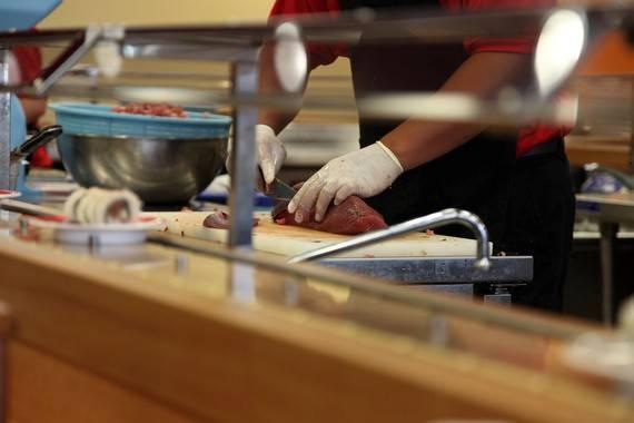 Bàn tay phụ nữ được cho là làm hỏng hương vị của món sushi.