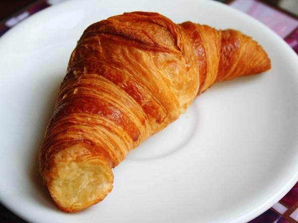 Ngoài baguette, bánh sừng trâu (croissant) cũng là một loại bánh nổi tiếng với lớp bánh giòn tan, thơm ngậy vị bơ.