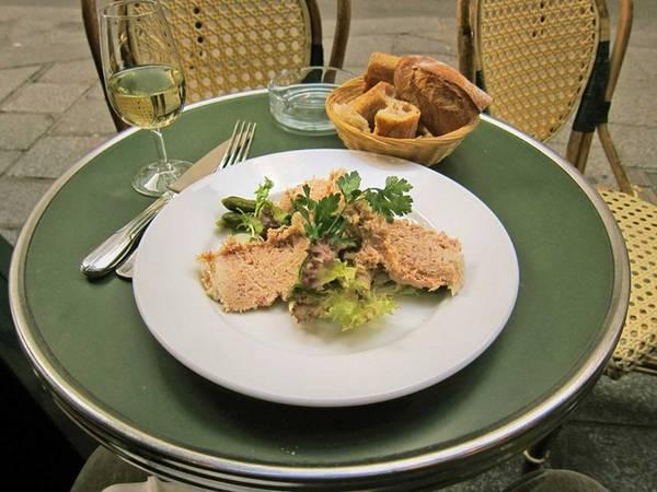 Rillettes cũng giống món pâté, thường được ăn kèm với bánh mì hoặc bánh quy giòn. Rillettes được làm từ thịt heo, nêm nhiều muối và nấu trong mỡ heo.