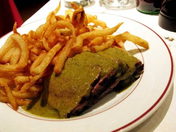 Nếu muốn ăn bò bít tết và khoai tây chiên, hãy thử ghé nhà hàng Le Relais de l'Entrecote, nơi hút cả khách du lịch lẫn người dân địa phương.
