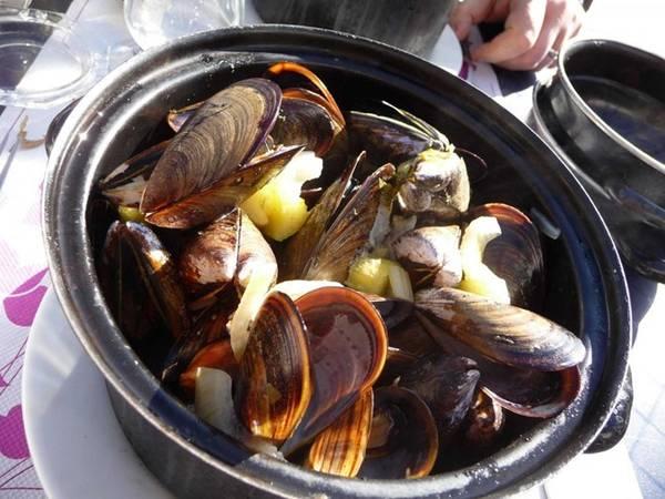 Trong khi vẹm và khoai tây chiên được coi là món ăn của Bỉ thì Moules Marinières lại là món ăn đặc trưng của vùng Normandy, Pháp. Đây được coi là đồ ăn nhanh, được rất nhiều người yêu thích.