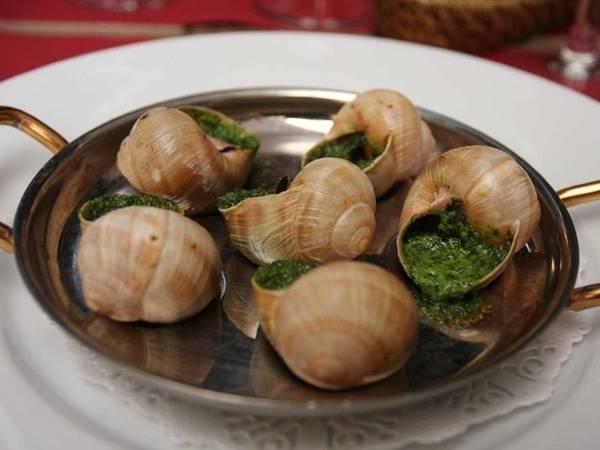 Ốc sên Escargot là món nổi tiếng ở Pháp, được ăn khi vỏ còn nóng hổi với rất nhiều tỏi và bơ. Nếu đến Paris, bạn hãy ghé nhà hàng L'Escargot Montorgueil để thử món này.