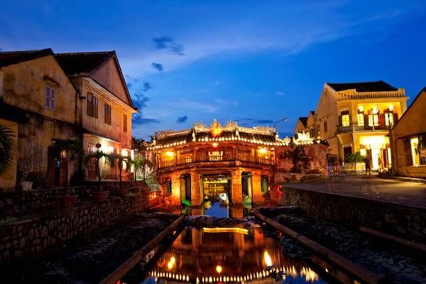 Món ăn của Đà Nẵng cũng gần như hội tụ tinh hoa ẩm thực miền Trung như bánh mì, mì Quảng, cao lầu, bánh chén... Ảnh: Indochinadiscovery.
