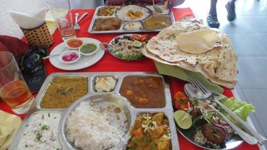 """Nhà hàng Ganesh (Nguyễn Thiện Thuật): Nhà hàng chay Ấn Độ này nhận nhiều lời khen ngợi về chất lượng đồ ăn. Tài khoản TravelWithKatie nhận xét: """"Đồ ăn chính gốc Ấn Độ ở Việt Nam, với nhiều món đặc trưng của cả miền Nam và miền Bắc. Những món chúng tôi đã gọi rất ngon. Giá hơi cao so với mặt bằng chung ở Nha Trang, nhưng cũng đáng""""."""