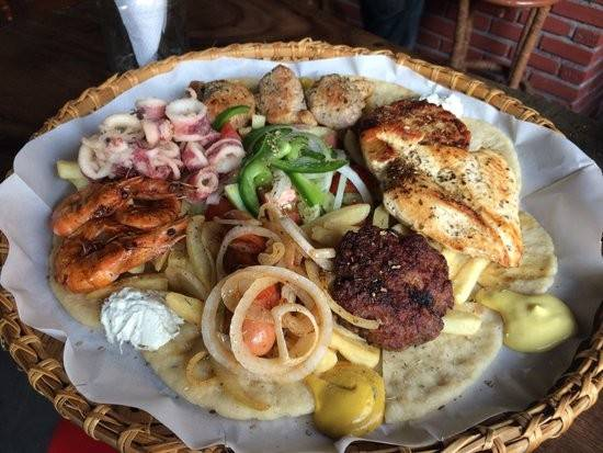 """Nhà hàng Pita GR (đường Hùng Vương): Một nhà hàng phục vụ món ăn Hy Lạp khác được nhiều người nước ngoài yêu thích khi đến Nha Trang là Gita PR. Tài khoản DaveKimAus trên TripAdvisor hào hứng bày tỏ: """"Chúng tôi tới cùng vài người bạn và gọi một số món ăn chung. Đồ ăn thật sự tuyệt vời! Nhân viên thân thiện và chu đáo. Thiết kế độc đáo, không gian ấm cúng. Nhất định chúng tôi sẽ trở lại đây. Bạn rất nên thử đến nhà hàng này""""."""